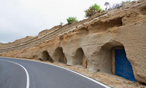 Cuevas de material pumítico en la carretera de Fasnia-Güímar , Tenerife. (DM)